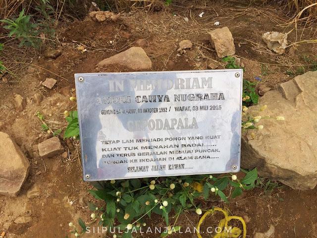Prasasti pendaki yang meninggal di Gunung Batu Jonggol