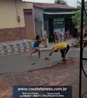 Homem que pulou da ponte no Rio Mearim sai no tapa com a mulher no meio da rua em Trizidela do Vale.
