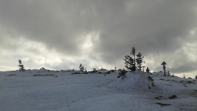 Zimowy, marcowy szczyt Góry Pięciu Kopców