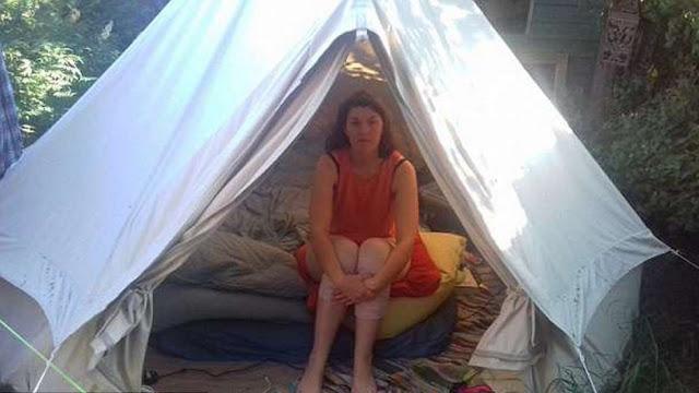 27-летняя девушка живет в палатке из-за аллергии. У нее появились серьезные проблемы со здоровьем еще 12 лет назад после укуса клеща