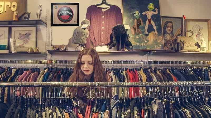 A lógica de superprodução da indústria da moda impacta diretamente o meio ambiente com uso excessivo de recursos não renováveis e acúmulo de resíduos. Dados do Taboo in Fashion mostram que 30% das roupas produzidas nunca são vendidas e um terço só sai das lojas com desconto