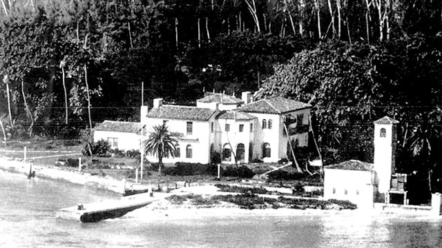 Остров несколько раз перепродавали, пока он не попал в руки «королю недвижимости» - К. Фишеру. Он и начал бурное строительство шикарных домов.