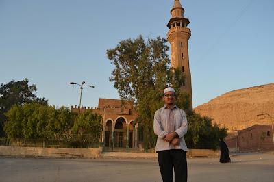 Di depan Masjid Syekh Ibn Ataillah al-Sakandari, Muqattam Kairo