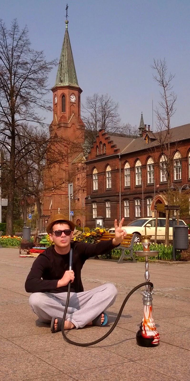 Jakub Kopáček kouří vodní dýmku na náměstí.