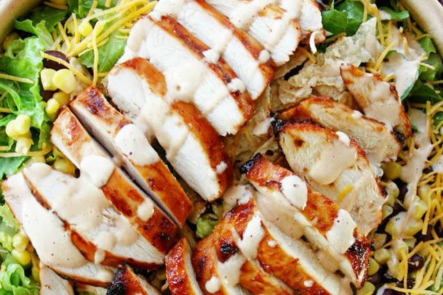 سلطة الدجاج المشوي مع صوص الباربكيو الكريمي