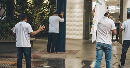 Pastor curado da Covid-19 volta ao hospital que esteve internado para orar pelos enfermos