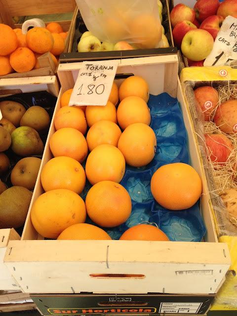 frutas em caixas no mercado de cascais