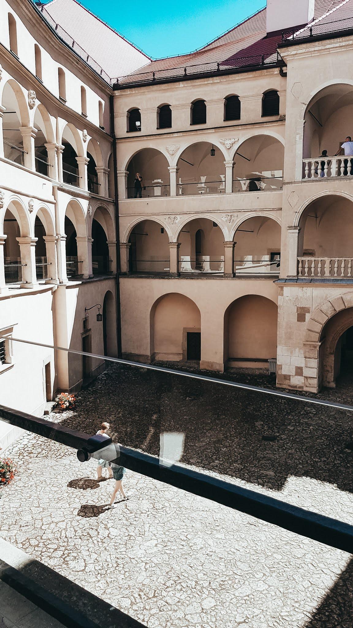 Zamek Pieskowa Skała widok na krużganki
