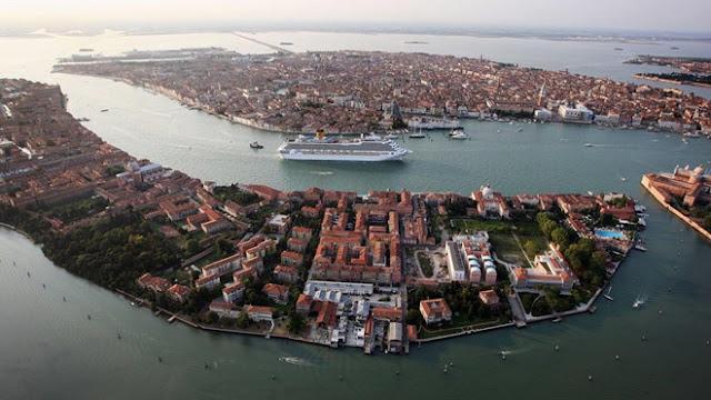 Venice tourist.