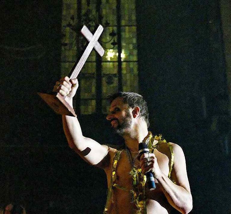 Os símbolos mais sagrados cristãos abusados em diversão da agenda LGBT