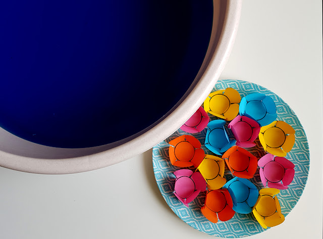 wiosenne eksperymenty - domowe eksperymenty - kwitnące kwiaty z papieru - wędrująca woda - wędrująca tęcza - tęcza w szklance - co robić z dzieckiem w czasie kwarantanny - kreatywnie z dzieckiem - czym zająć malucha