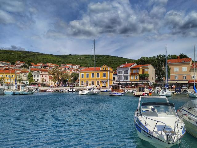 widok na wioskę Selce, port, łodzie, jachty, wakacje w Chorwacji