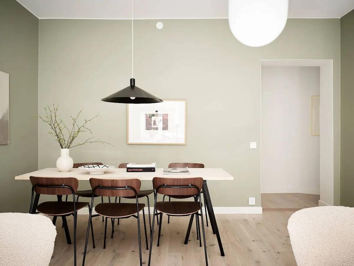 Comedor pintado de verde de estilo nórdico