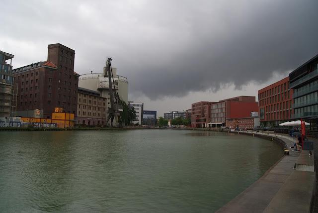 Ein Hafenbecken, umgeben von alten Gebäuden