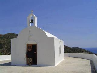 Στο ερημικό εκκλησάκι της Αγίας Σοφίας  χτισμένο το 1954, στον Χάλακα της Μήλου
