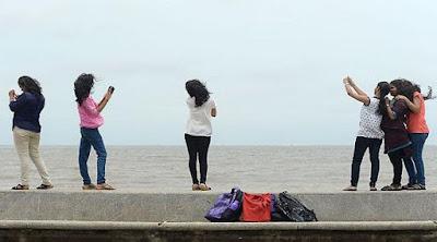 Sibuk Dengan Gaya Selfie, 5 Turis Ini Jatuh Dari Tebing