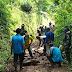 TNI Koramil 0821/04 Gucialit Bantu Perbaiki Jalan Rusak dan Berlubang di Kawasan Wisata Anjungan Kenanga