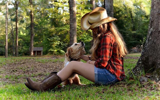 Meisje met haar hond in het park