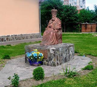 Галич. Площадь Рождества. Памятник митрополиту Андрею Шептицкому