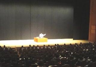 講演会講師・三遊亭楽春のモチベーション向上講演会の風景。