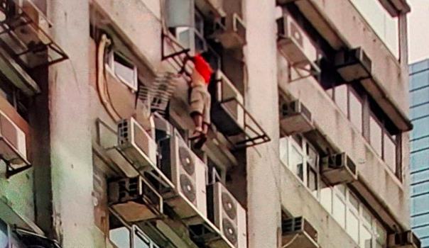 Tergantung diluar Jendela disebuah Bangunan Tinggi,Pria di Lai Chi Kok Meninggal Dunia