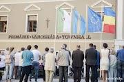 Rettegnek a románok: Tusnádfürdőn nem maradhatnak a zászlók és a feliratok sem