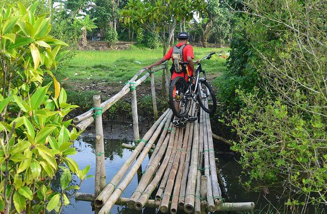 Melintasi penyeberangan dari bambu