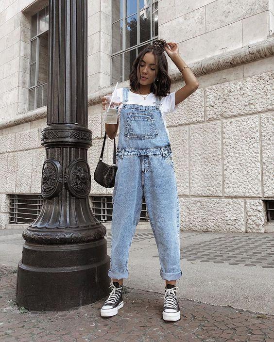 Look com macacão jeans e all star