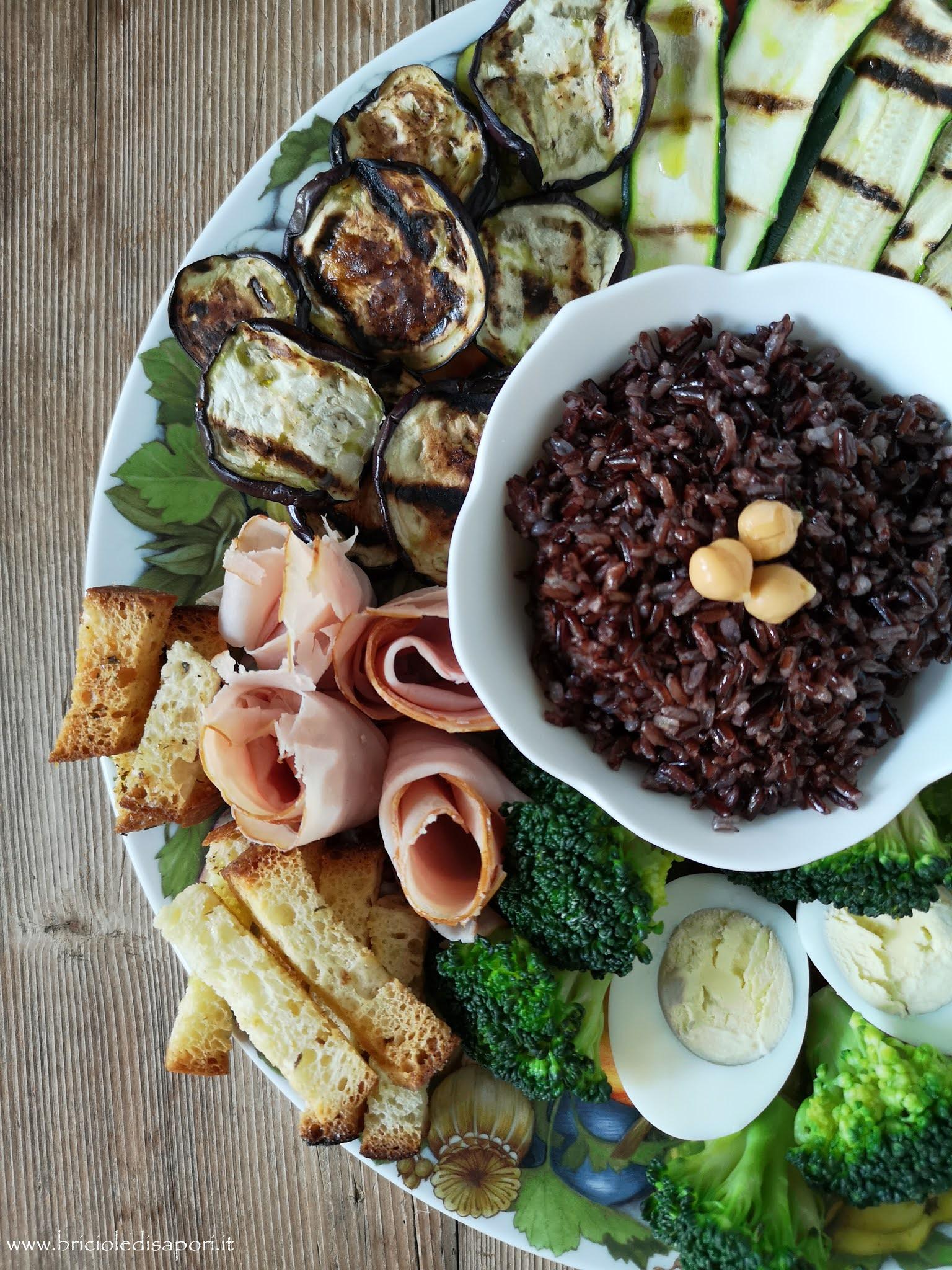 piatto di verdure tacchino hummus di ceci con riso nero integrale