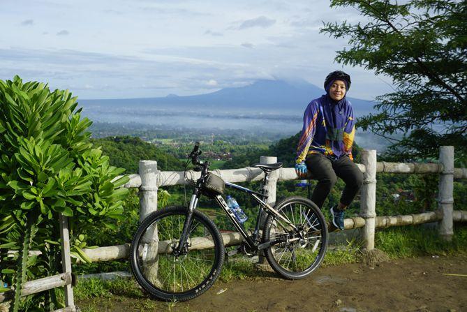 Spot foto di Puncak Sosok berlatarkan Gunung Merapi