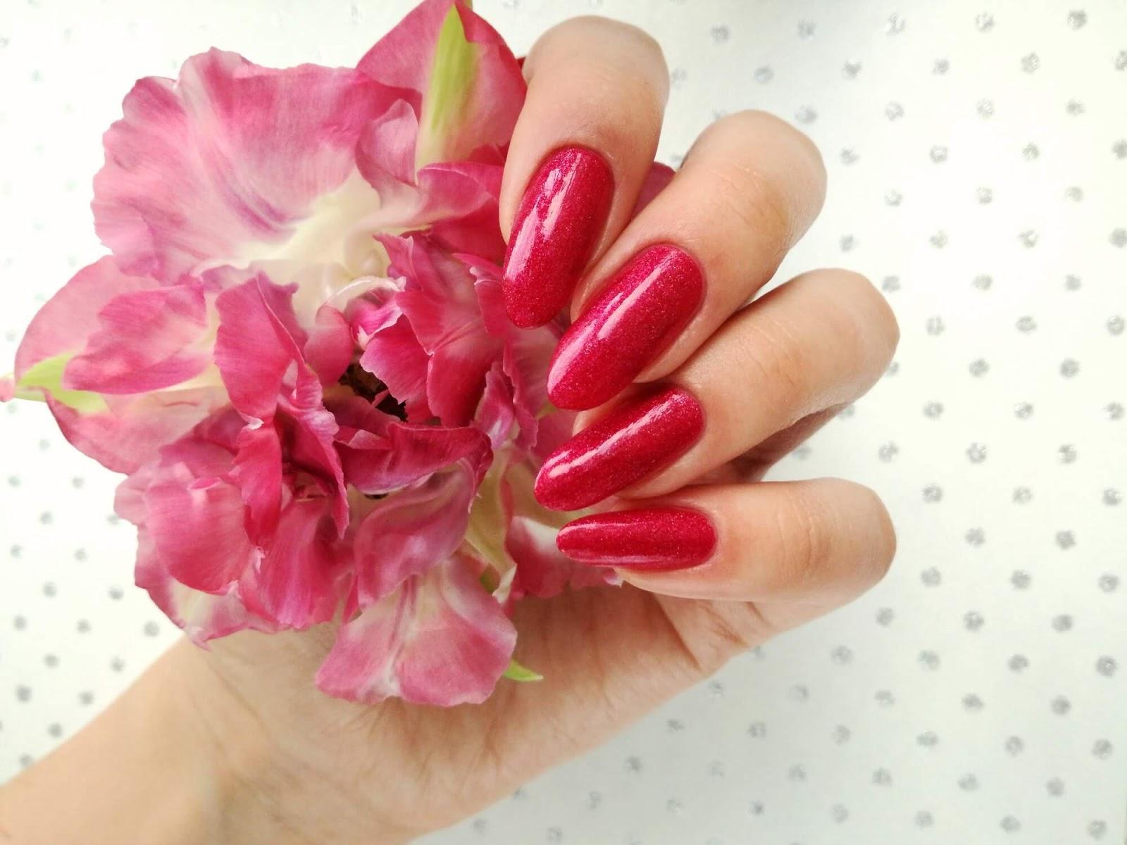 różowe paznokcie i tulipan