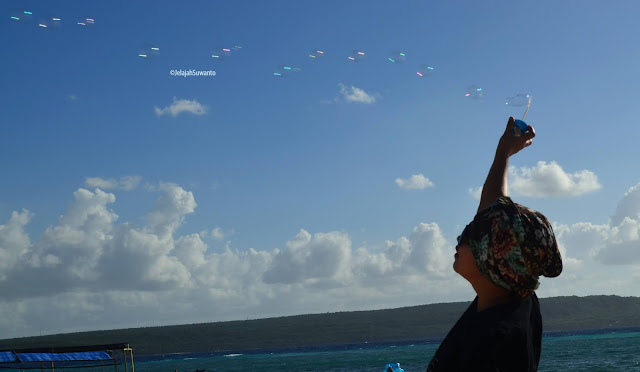 bermain gelembung tiup di pulau liukang loe