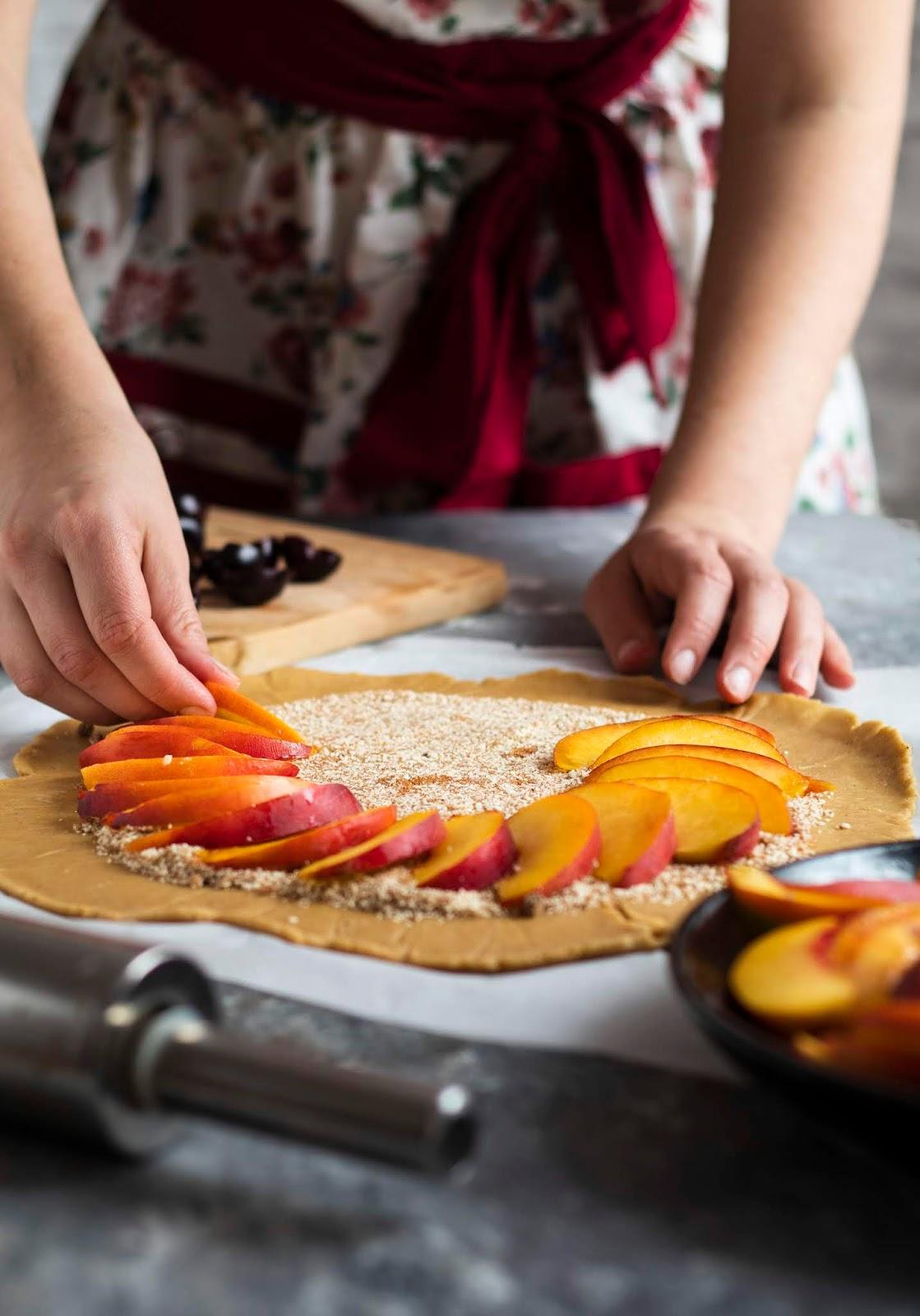 Montage de la recette de tarte rustique aux nectarines et aux cerises