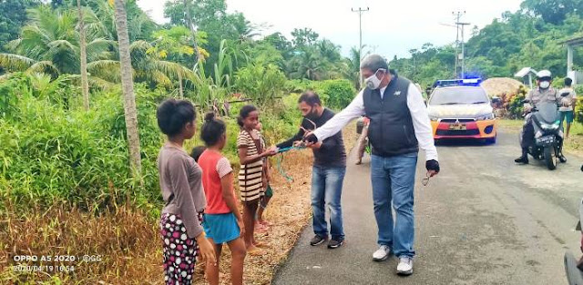 Bupati Maluku Tenggara M. Thaher Hanubun saat membagikan masker di Ohoi (Desa) Somlain