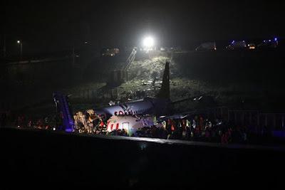Avião derrapa ao pousar e se parte em três pedaços na Turquia