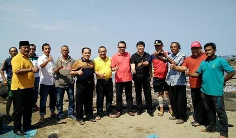 "Nelayan Pasia Nan Tigo Antusias Sambut Alex dan Desri, ""Dunsanak Emzalmi-Desri"" Terpasang di Warung-warung"