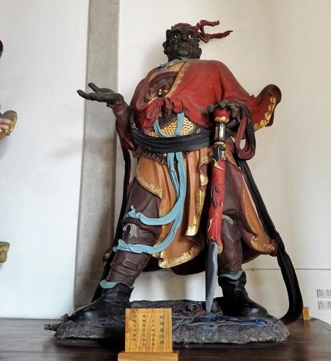 霊隠寺の諸佛護臨内に祀られた 仁王様の一体