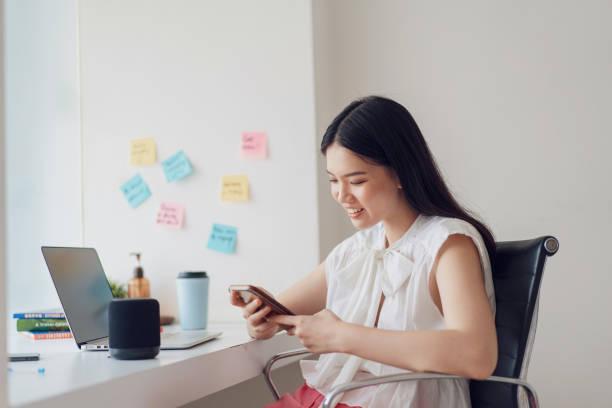 seorang wanita menggunakan layanan smart home dari Schneider Electric
