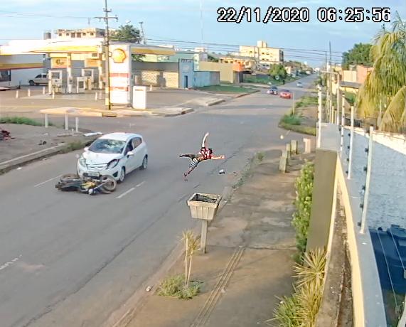 Motociclista sofre grave acidente ao colidir com carro