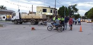 Grave accidente entre una moto y un camión municipal en Alberdi.