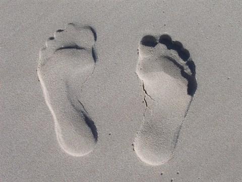 jejak kaki di atas pasir