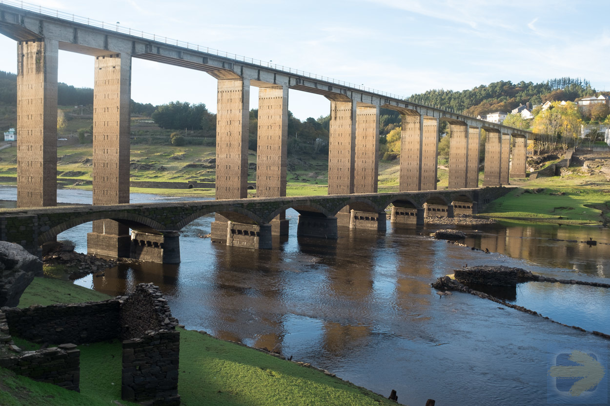 When the water levels drop below normal in the Belesar Reservoir, the adjacent Roman bridge, normally covered, emerges alongside its modern-day successor as seen in the photo above. Photo: © Fritz.