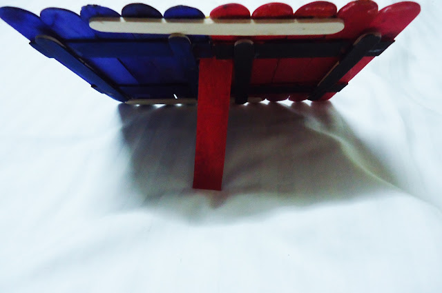 Setiap pelajar dikehendaki menghasilkan sebuah model/rekacipta menggunakan bahan-bahan seperti berikut (pilihan) : batang aiskrim, lidi satay, chopstick kayu dan penyepit baju kayu. Tugasan hendaklah dihantar sebelum atau pada 17 Jun 2016 ( Jumaat ).   Penyelesaian dan Hasil Kerja:  Tugasan Sivik Tingkatan 1-005  Tajuk : Model bingkai gambar dengan menggunakan batang aiskrim.  Berikut adalah hasil kerja yang telah diselesaikan.  buat dari bahan terbuang batang aiskrim bingkai frame http://fatimahazzahrahrazali.blogspot.my/2016/06/tugasan-sivik-tingkatan-1-005.html