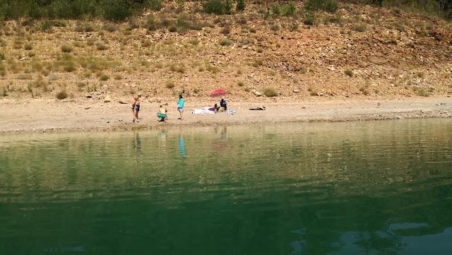 Zona para relaxar ao lado da água