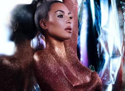 Kim Kardashian posa coberta de Glitter