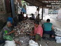 Babinsa Koramil 07/Air Joman Serma Herdyansjah Laksanakan Komsos Bersama Petani Kopra  di Kelurahan  Binjai Serbangan