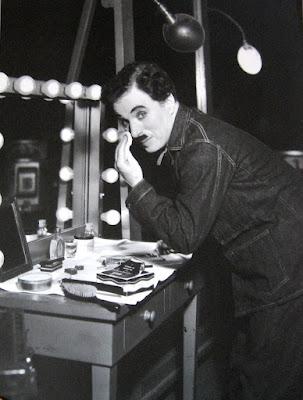 """Чарли Чаплин за гримерным столиком перед съемками фильма """"Новые времена"""""""