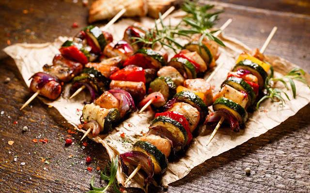 Và nếu như có ai hỏi nước Nga nổi tiếng với những món ăn nào thì chắc chắn câu trả lời sẽ là các món ăn truyền thống của người dân nơi đây. Đó là bánh mì đen, cháo Kasha hay thịt nướng Shashlik nức danh khi dùng chung với rượu vang tuyệt hảo. Nga còn là đất nước khởi sinh và sáng tạo ra salad tuyệt ngon với nước sốt mayonaise trứ danh trên toàn thế giới.