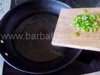 Orez cu carne de porc si chimen preparare reteta - punem ardeiul iute la calit
