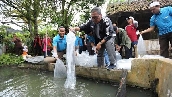 Bersama LPM dan Koperasi, Oded tebar 5000 Bibit Ikan di Cilengkrang